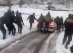 مع تراكم الثلوج وانقطاع الطرقات.. أهالي يتطوعون لإسعاف شاب مصاب بجلطة دماغية في القدموس (فيديو)