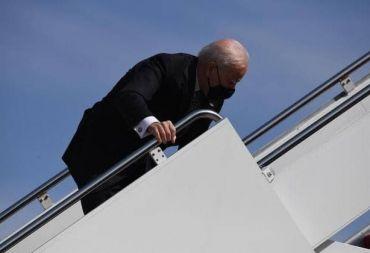 الرئيس الأميركي يسقط بشكل محرج على سلم الطائرة الرئاسية ويتدارك الأمر ( فيديو)