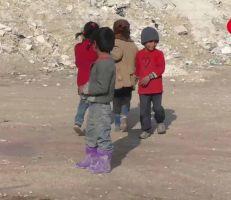 المشهد ترصد واقع الحياة في الأطراف الجنوبية لمدينة حمص في بيوت الصفيح، حيث الفقر والبطالة وعمالة الأطفال (فيديو)