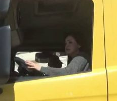 سيدات خلف مقود شاحنات السورية للتجارة في اللاذقية
