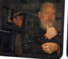 لماذا تحتجز الشرطة البريطانية مؤسس ويكيليكس؟