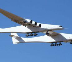 """""""أكبر طائرة في العالم"""" تحلق لأول مرة في سماء كاليفورنيا"""