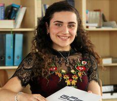 """""""قصة نجاح في مدارس سالزجيتر"""" فتاة سورية  تنال المرتبة الأولى بالشهادة الثانوية (صور)"""