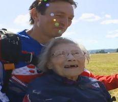 عجوز عمرها 103 أعوام تدخل موسوعة غينيس لقفزها بالمظلة