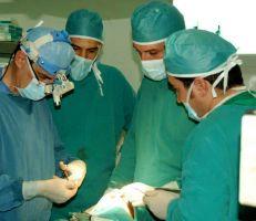 فريق طبي سوري يجري عمل جراحي نوعي لبناء عظم الفك ذاتياً