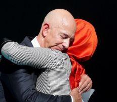 بيزوس يحتضن خطيبة خاشقجي وناشطون سعوديون يسخرون (صور)