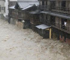 إعصار طوكيو يشل حركة العاصمة ويلحق أضراراً بمدن اليابان