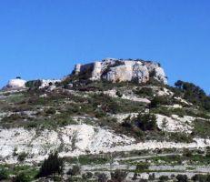 قلعة المهالبة غير أثرية بنظر السياحة والأهالي يستنكرون بشدة (فيديو)