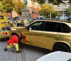 تشكل خطراً على الطريق: الشرطة الألمانية توقف سيارة ذهبية شديدة اللمعان