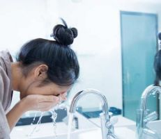 خبير تجميل: المبالغة في غسل الوجه مضر لصحة البشرة