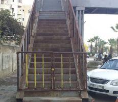 جسر مشاة مغلق بباب حديدي في اللاذقية والأسباب مجهولة!
