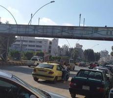 سكان اللاذقية يشكون من تهالك جسر مشاة مشفى تشرين (صور)