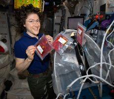 كريستينا كوخ تكسر الرقم القياسي لأطول مدة تمضيها امرأة في الفضاء