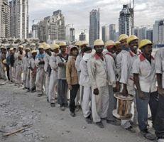 عشرون ألف عامل باكستاني عالقون في الإمارات يسعون للعودة إلى بلادهم