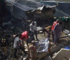 تحطم طائرة ركاب باكستانية فوق أحد الأحياء السكنية في كراتشي