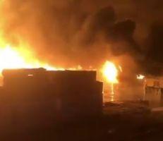 حريق ضخم يلتهم 3 آلاف سيارة في ميناء عبد الله بالكويت (فيديو)