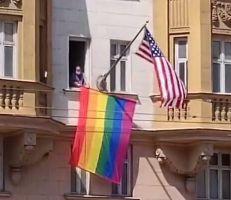 """""""""""يظهر شيئاً بشأن الموظفين هناك"""" بوتين يسخر من علم قوس قزح فوق السفارة الأمريكية"""