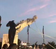 محتجون في بالتيمور يطيحون بتمثال كريستوفر كولومبوس ويلقون به في المحيط