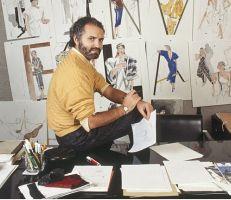 23 عاماً مرت على اغتيال جياني فيرساتشي: مصمم الأزياء الذي قتلته الشهرة