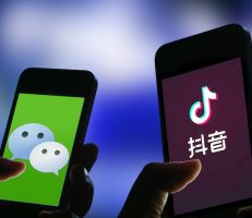 """الصين تتوعد واشنطن بالرد على حظر تطبيقي """"تيك توك"""" و""""وي تشات"""""""