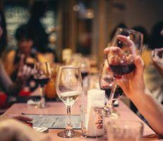 الإمارات تسمح بشرب الخمر والمساكنة بين الجنسين دون زواج