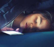 ماهي مخاطر النوم بجوار الهاتف الذكي؟