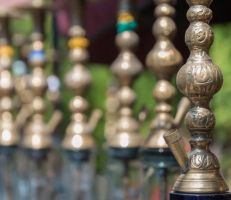 وزارة السياحة: لا دراسة أو توجه حالي بالسماح للمنشآت السياحية بتقديم الأراكيل