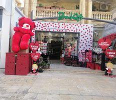 الدب الأحمر بات رمزاً للحب وسعره يفوق نسبة الحب بين الطرفين .