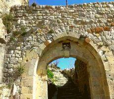 كاميرا المشهد تسلط الضوء على إحدى أهم القلاع الأثرية المأهولة في سورية (فيديو)