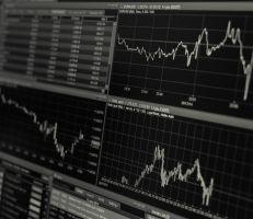 """خبير اقتصادي: الحالة الهستيرية لارتفاع سعر الصرف والمواد التموينية """"فقاعة"""" والمواطن """" راح بين الرجلين"""""""