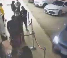 سعودية تدهس عدداً من الأشخاص أثناء محاولتها ركن السيارة(فيديو)
