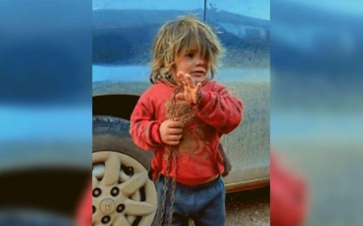 """الطفلة""""نهلة عثمان""""توفيتبعد أن قيدها والدها بسلاسل من حديد وسجنها في قفص (صور)"""