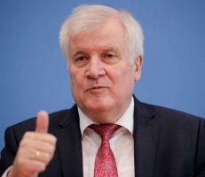 وزير الداخلية الألماني يسعى لعدم تمديد حظر الترحيل إلى سوريا