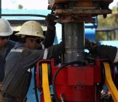 النفط يتعافى من خسائره ويصعد إلى الأعلى .