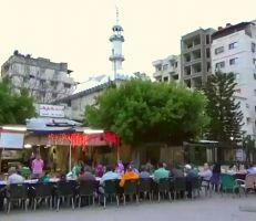 """""""مائدة الرحمن""""تجمع حوالي 300 شخص في ساحة الشيخ ضاهر باللاذقية (فيديو)"""