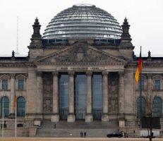 برلين تتحرك بعد تقارير حول تجسس الدنمارك والولايات المتحدة على ميركل .