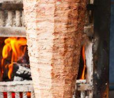 مطعم يقدم شاورما فاسدة.. والرقابة التموينية تكشفها مع كميات كبيرة من المواد الغذائية غير صالحة للاستهلاك البشري..