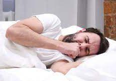 طبيب يكشف عن أسباب السعال في الصباح