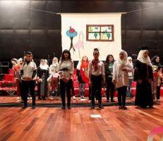 """""""ذات الرداء الأحمر"""" .. عرض مسرحي للدمى يهدف إلى التوعية حول الزواح المبكر وآثاره ومخاطره ."""