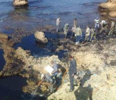 استمرار أعمال معالجة بقع تلوث الفيول على شاطئ جبلة