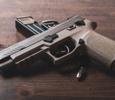 تكساس: طفل في الثانية يقتل نفسه بسلاح وجده في حقيبة أحد أقربائه