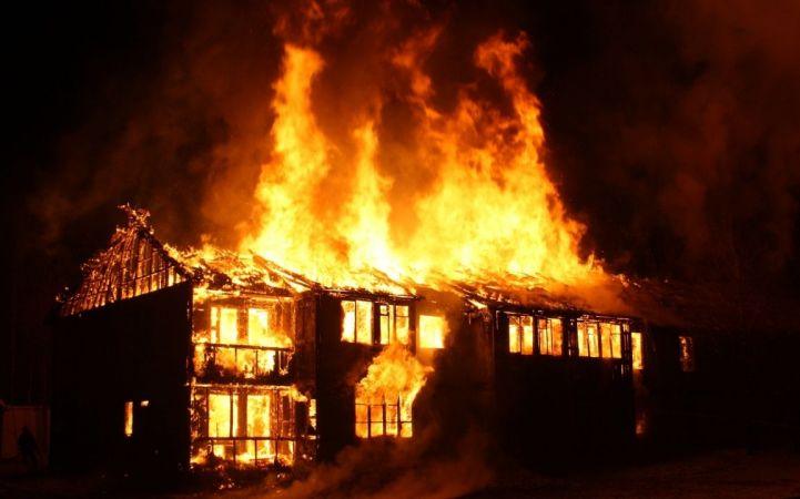 في الأردن: أب يلقي أطفاله من النافذة لإنقاذهم من حريق في المنزل (فيديو)